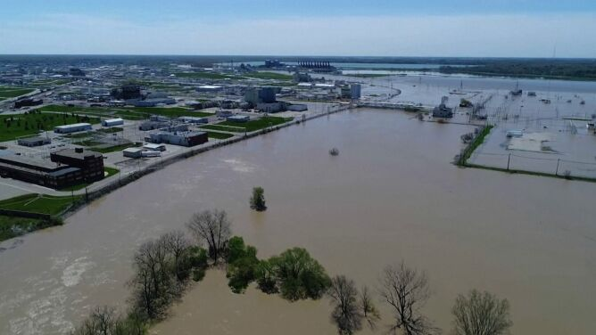 Woda zalewa Michigan po pęknięciu tam. <br />Ewakuacja mieszkańców